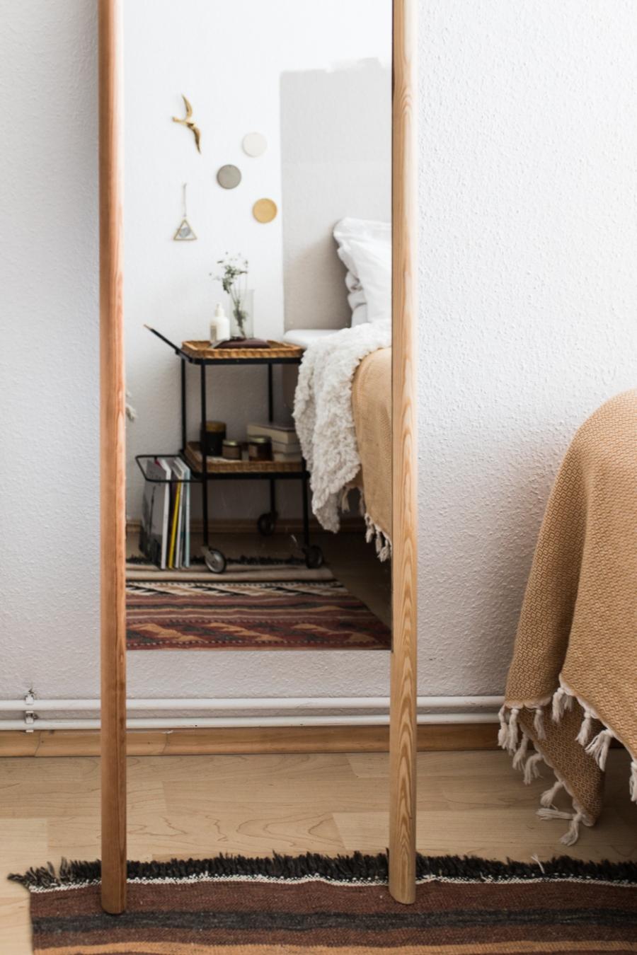 Einen Wandspiegel selberbauen Vintage Teewagen als Nachttisch