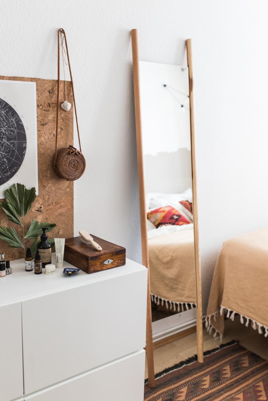 Spiegel zum Anlehnen im Schlafzimmer DIY