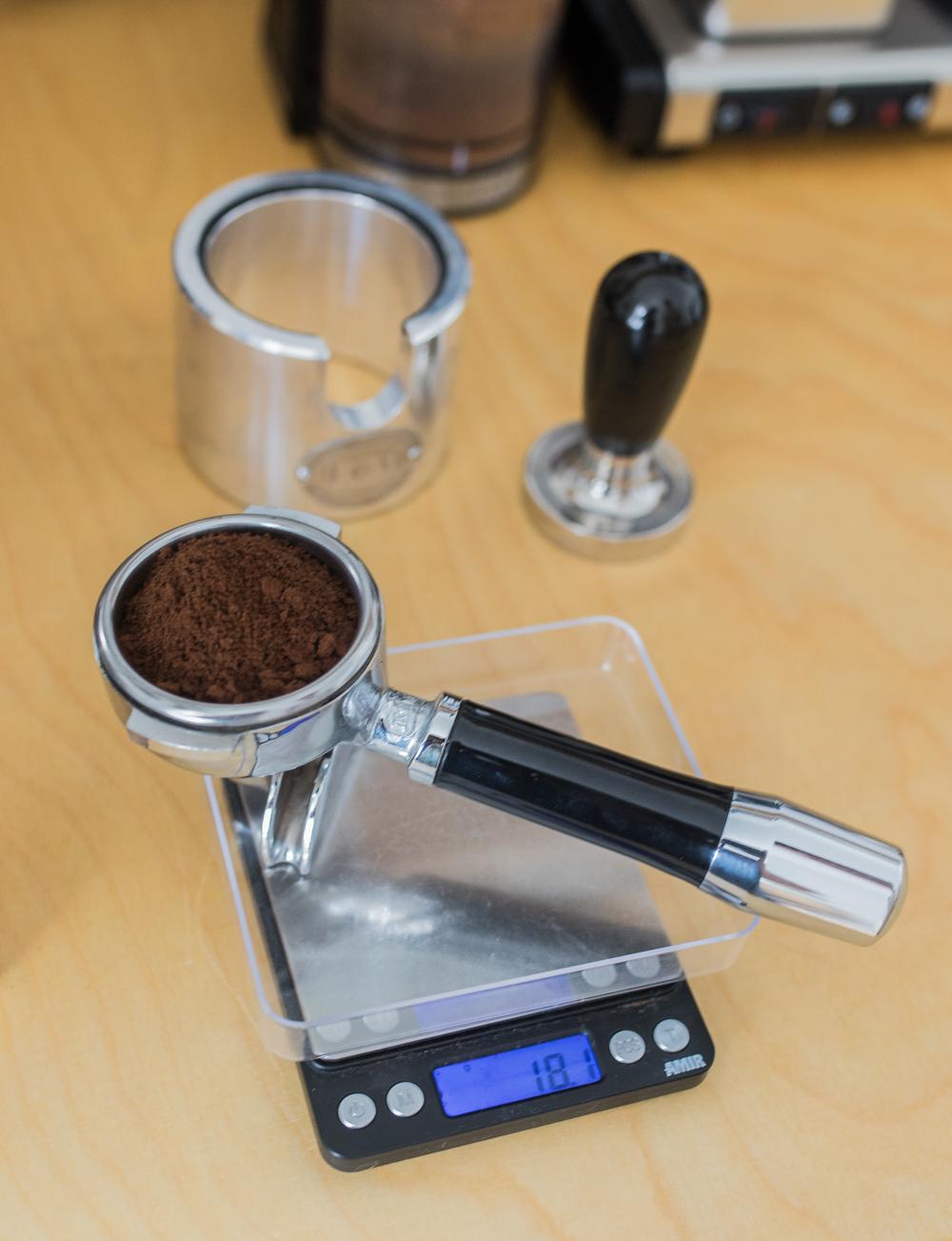 Kaffeepulver abwiegen
