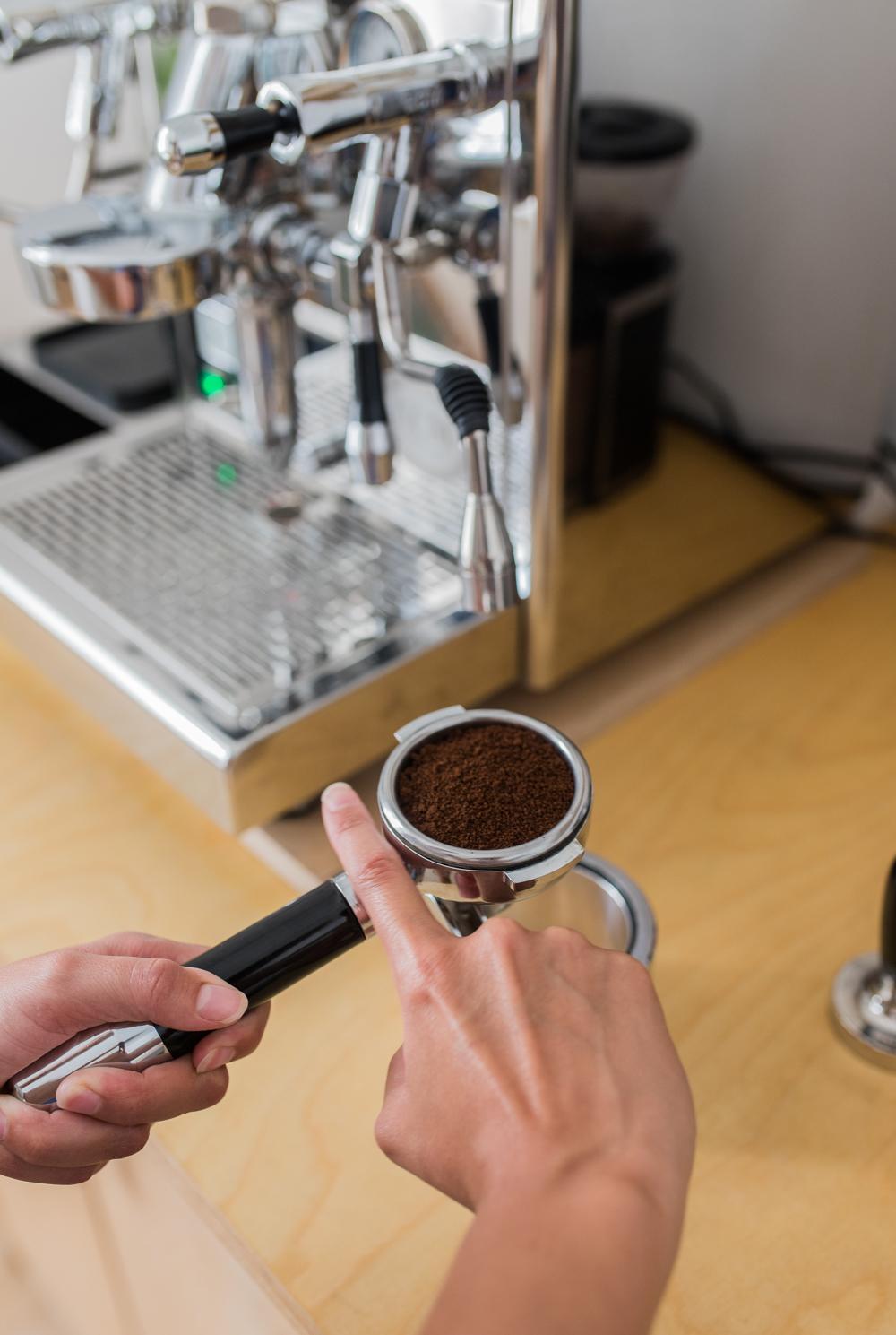 Kaffeepulver leveln one strike pose