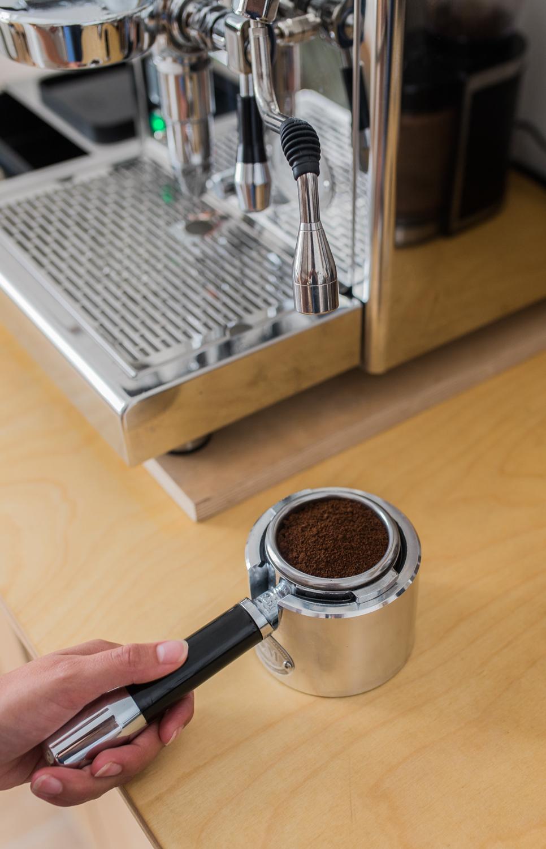 Siebträger mit Kaffeepulver gelevelt