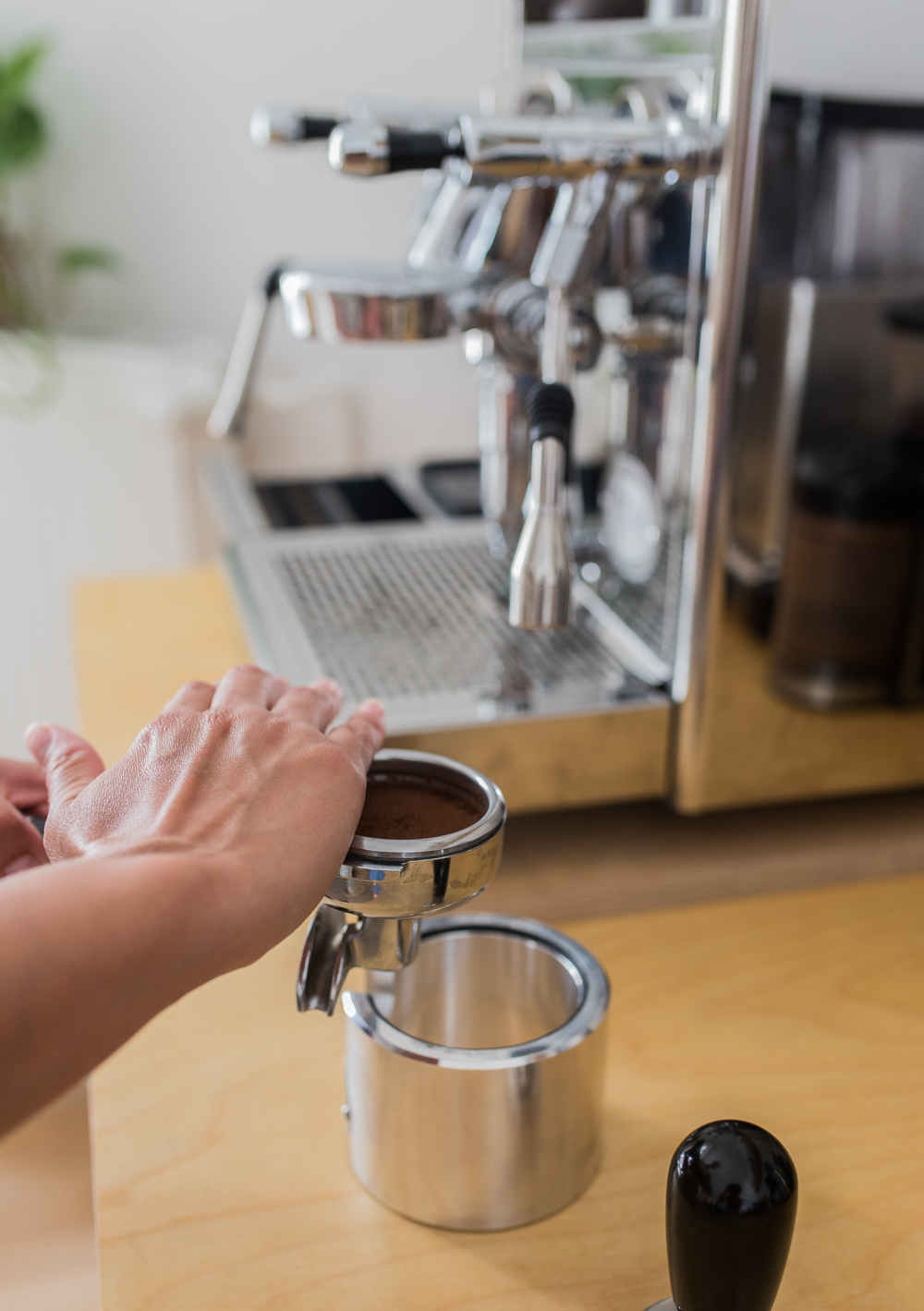 Kaffeepulver vom Siebträger entfernen