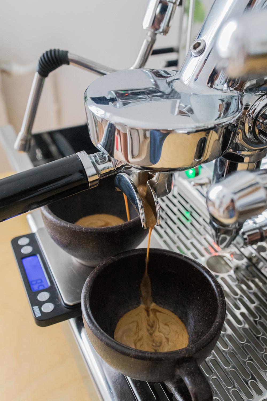 Espresso brühen mit Espressomaschine Barista