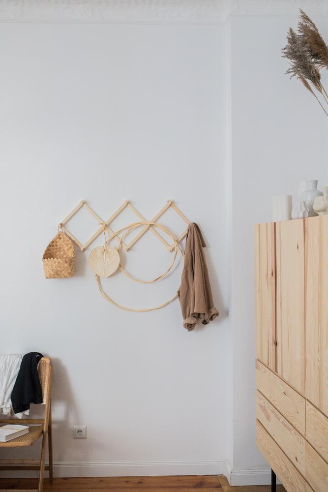Natürlicher Look im Schlafzimmer mit Hakenleiste Ikea Ivar Schrank