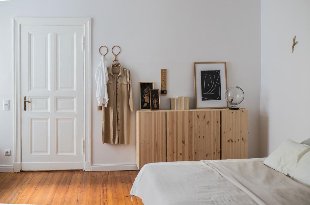 Natürlicher Look im Schlafzimmer: Ikea Ivar Schrank Altbau