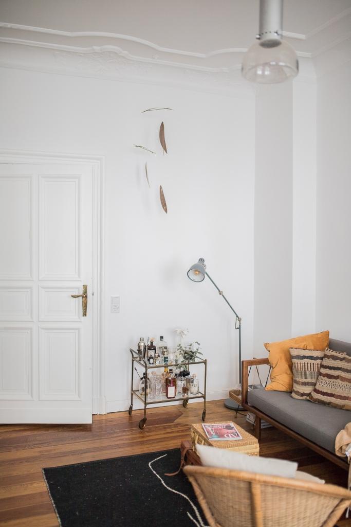 DIY Mobile aus Holzfunier im Wohnzimmer