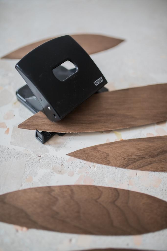 DIY Mobile aus Holzfunier lochen