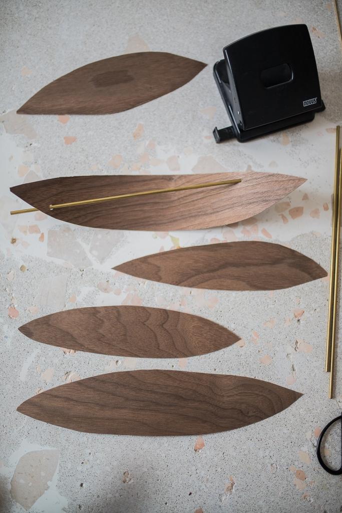 DIY Mobile aus Holzfunier Messingstangen einsetzen