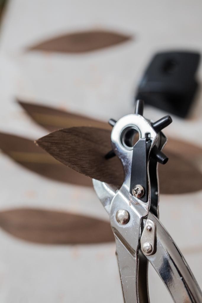 DIY Mobile aus Holzfunier lochen mit Lochzange