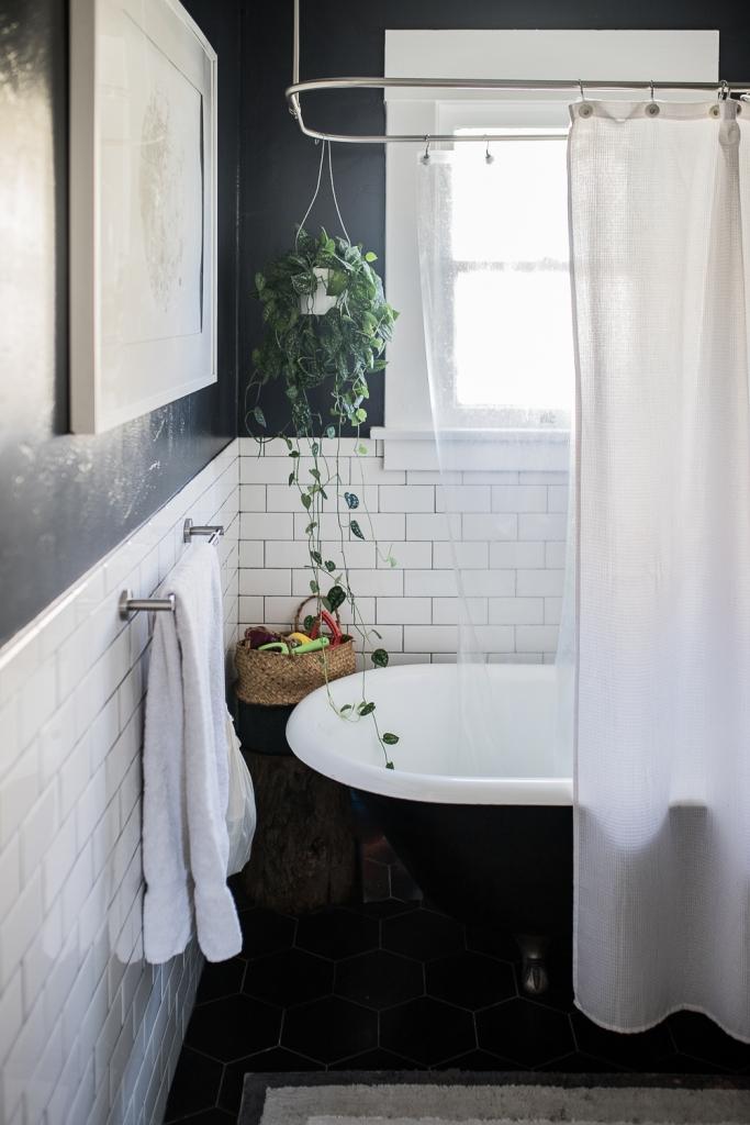 San Diego Home Tour Badezimmer mit Badewanne dunkel gestrichen