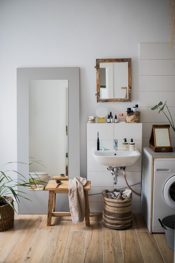 Badezimmer Spiegel Waschbecken altes Fenster als Spiegel