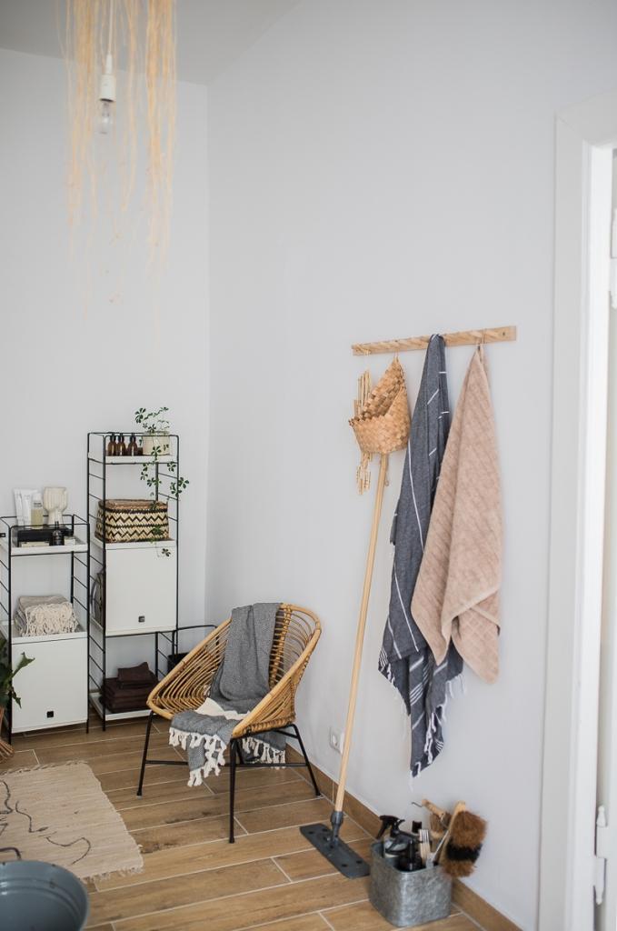 Badezimmer mit Ikea Regalsystem Hakenleiste und Rattan-Sessel