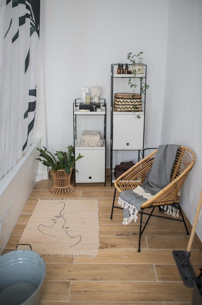 Badezimmer mit Ikea Regalsystem und Rattan-Sessel