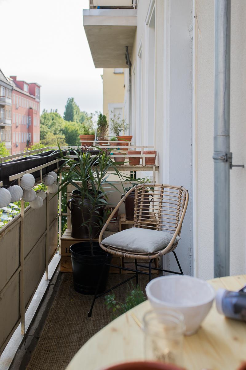 Altbau Balkon mit Rattanstuhl