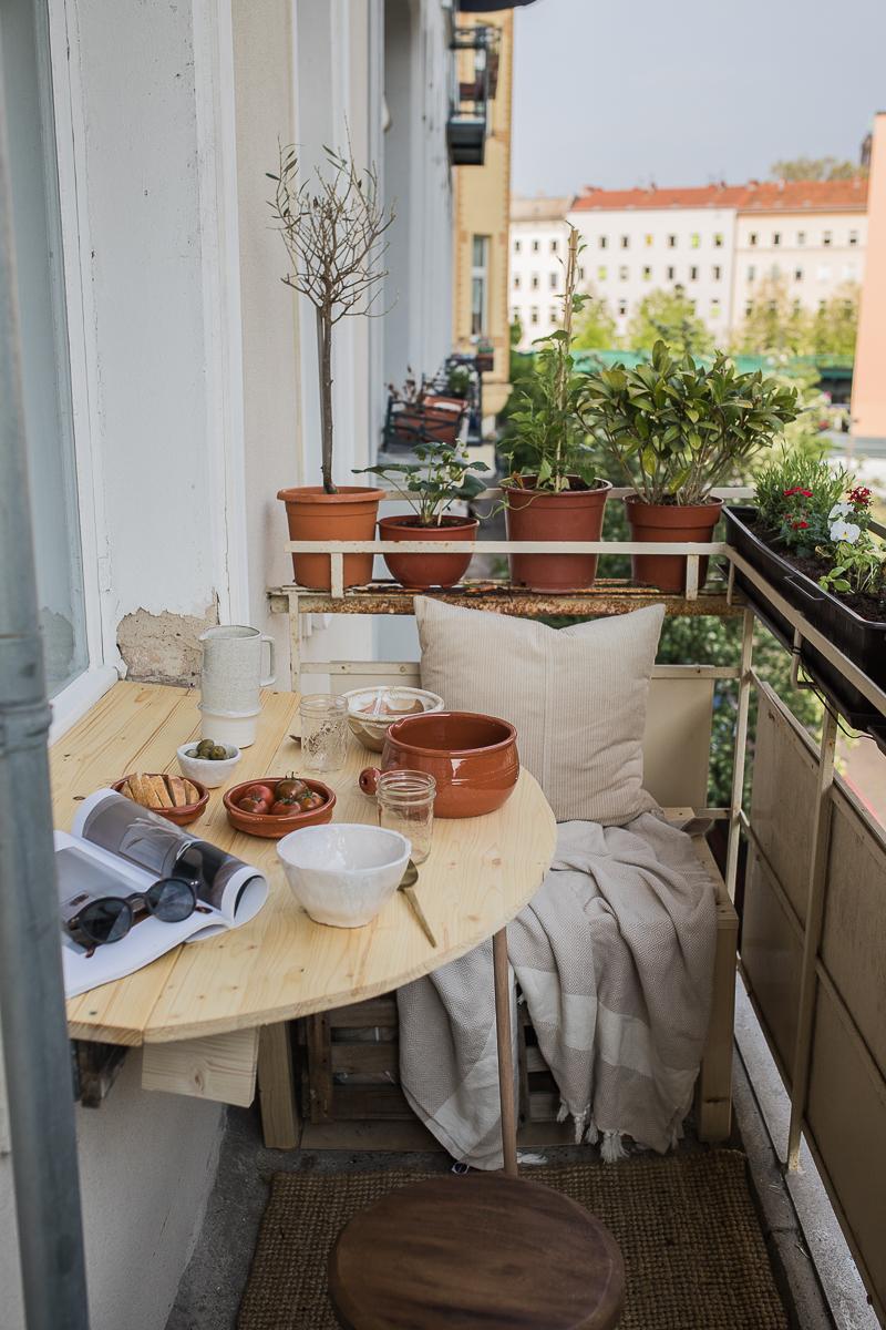 DIY Klapptisch für das Balkon-Fensterbrett