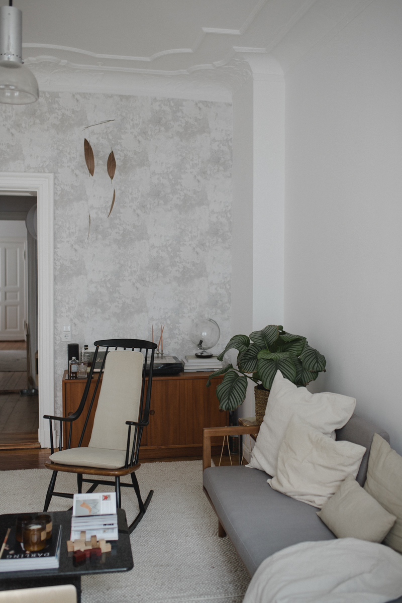 Wohnzimmer im Altbau mit Stuck und Schaukelstuhl Berlin