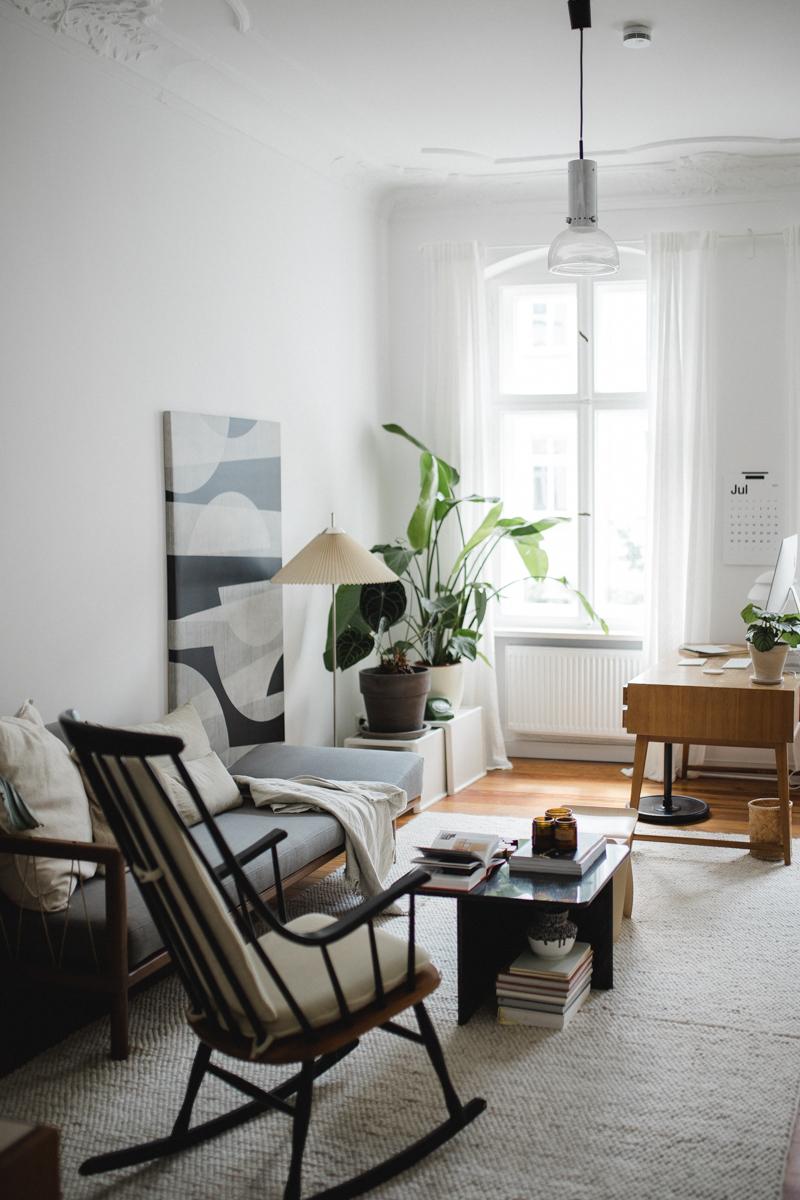 Schaukelstuhl im Altbau Wohnzimmer