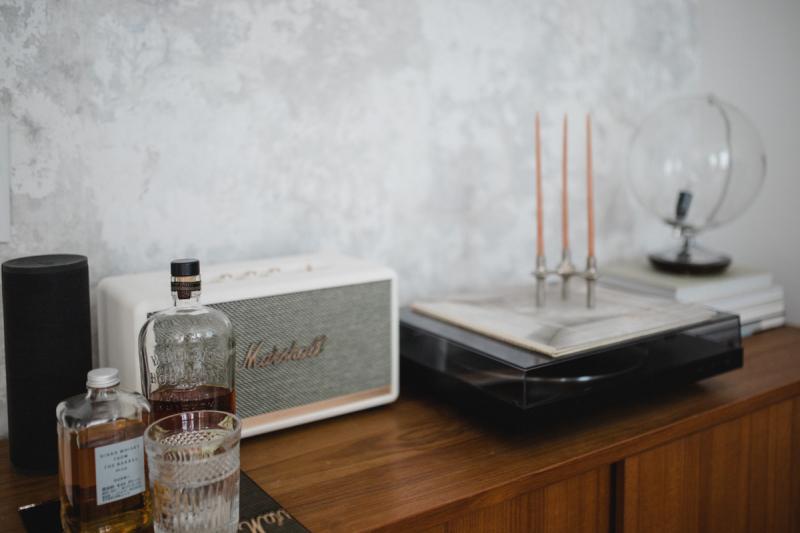 Bar mit Marshall Speaker und Schallplattenspieler Globus Lampe
