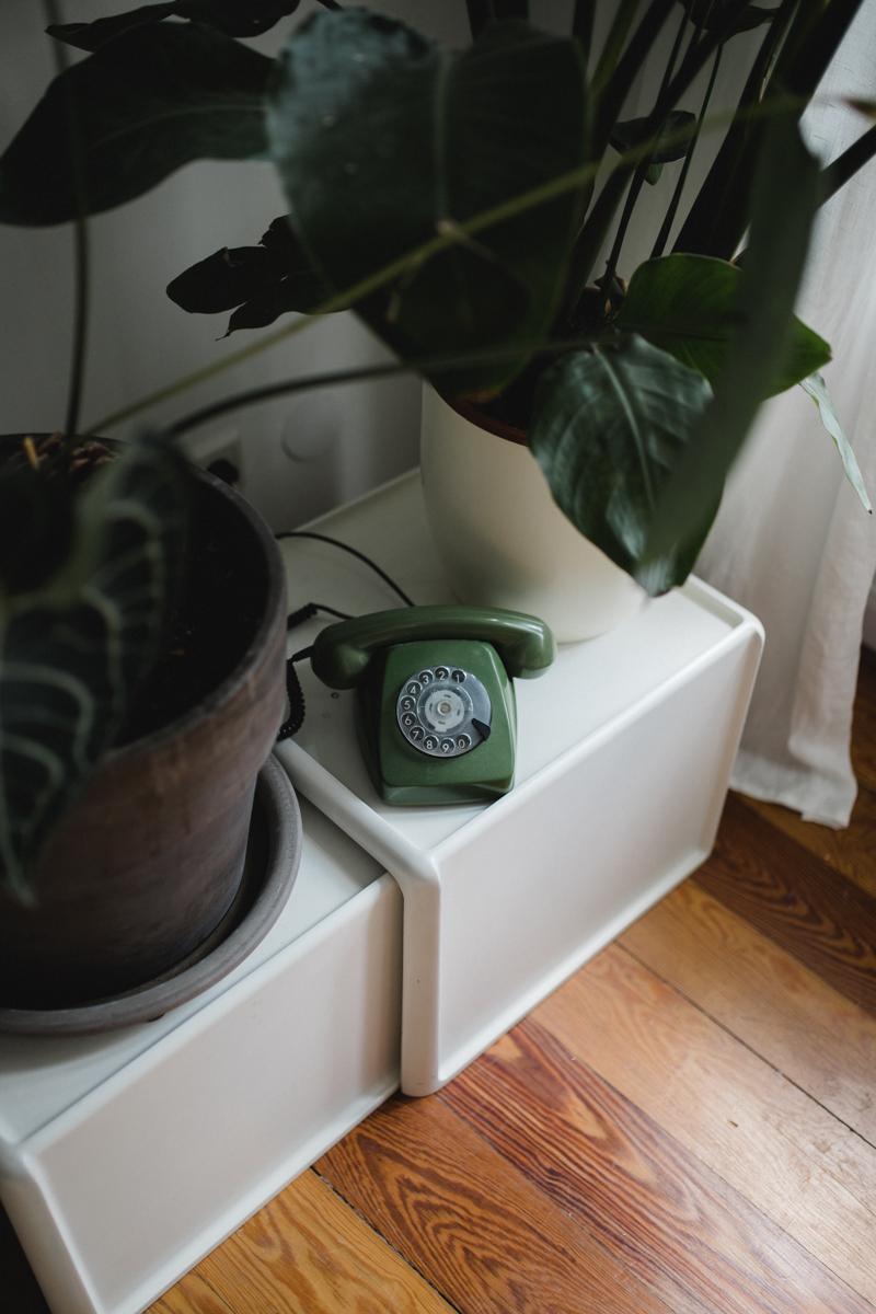 grünes Telefon mit Wählscheibe